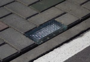 Стеклянная тротуарная брусчатка