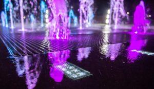 Светящаяс светодиодная брусчатка в фонтане