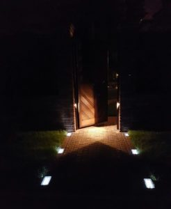 Дорожка к дому из светящейся брусчатки