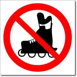 Знак «Вход на роликах запрещен»