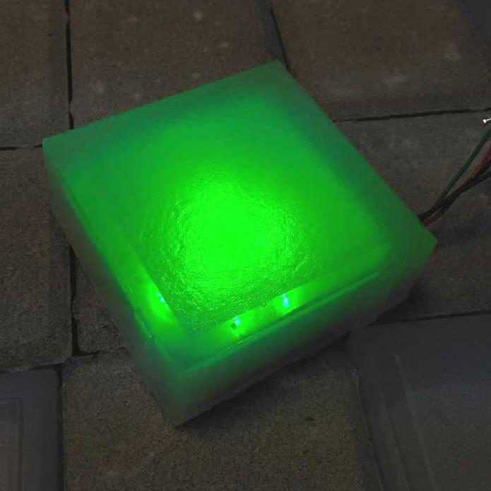 Светящийся тротуарный камень 100х100х40 зеленый